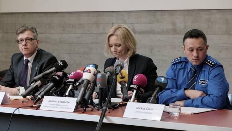 Die Leitende Staatsanwältin Barbara Loppacher und Philipp Umbricht, Leitender Oberstaatsanwalt (Links) sowie Markus Gisin, Chef Kriminalpolizei.