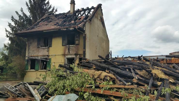 Am Montag hat ein Brand auf einem Bauernhof in Zeiningen einen Teil des Stalls und den angebauten Ökonomieteil des Landwirtschaftsbetriebs komplett zerstört.