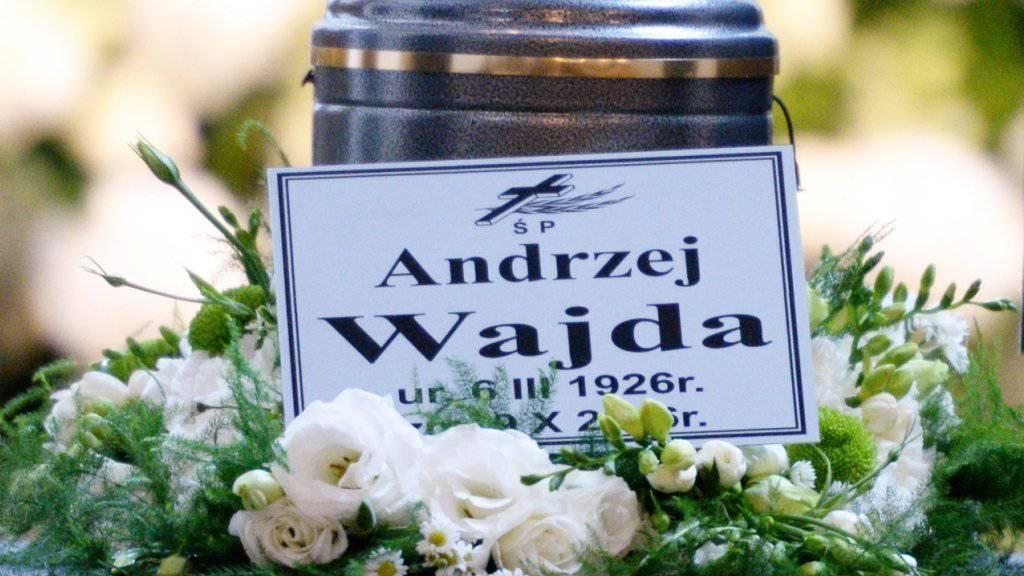 Die Urne mit der Asche der Regie-Legende Andrzej Wajda ist am Mittwoch beigesetzt worden.