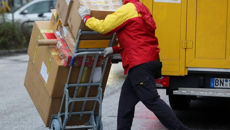 Künftig sollen die grossen Zustelldienste in Deutschland für mögliche Schummeleien ihrer Vertragspartner haften. Das soll zu einer Verbesserung der Arbeitsbedingung der Paketboten führen. (Archivbild)