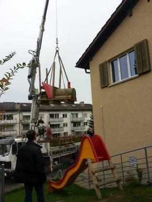 Was kommt denn da? Die Kinder staunten nicht schlecht, als die Herren des Kiwanis-Club Limmattal-Zürich mit einem Kranwagen vor der KiTa Chäferstube auftauchten und sich plötzlich eine Lokomotive in die Luft abhob.