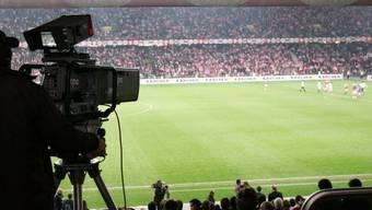 """Die Halme des Kunstrasens im Berner Stade de Suisse sollen bis zu 70 Millimeter zu lang sein. Die FIFA habe deshalb Tabellenleader YB 20 Punkte abgezogen, schreibt die """"Sonntagszeitung"""". (Symbolbild)"""