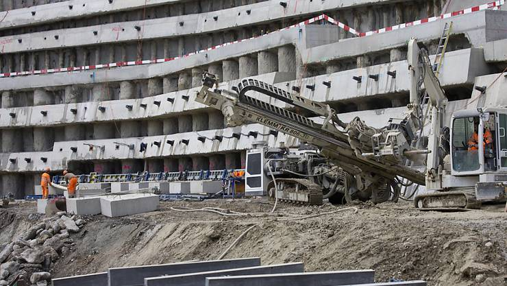 Die Baupreise in der Schweiz sind gestiegen: Arbeiter auf einer SBB-Baustelle (Archivbild).