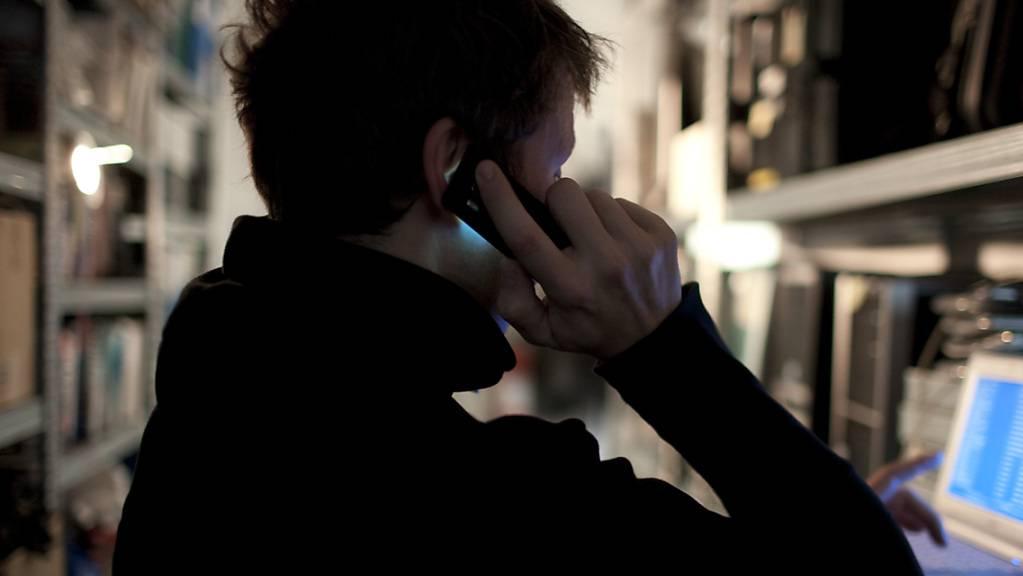 Per Telefonanruf schafften es Betrüger, vom Bankkonto eines Mannes im Kanton Zug 170'000 Franken zu stehlen. (Symbolbild)
