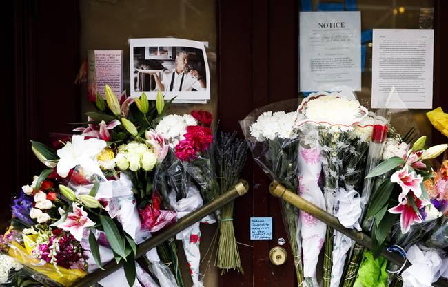 Trauerbekundungen vor dem Les Halles in News York.