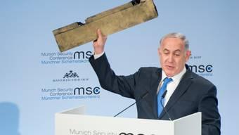 Der israelische Ministerpräsident nutzt seinen ersten Auftritt bei der Münchner Sicherheitskonferenz für klare Ansagen an Teheran. Im Gepäck hat er dabei ein überaus ungewöhnliches Utensil: Das Trümmerteil einer abgeschossenen Drohne.