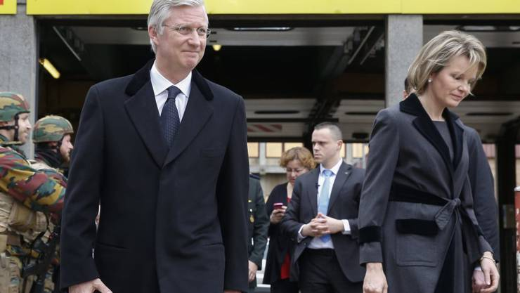 König Philippe und Königin Mathilde von Belgien verlassen das Erasmus Spital in Brüssel, in dem mehrere Opfer der Anschläge von Dienstag untergebracht sind.