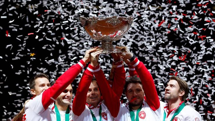 Schweizer Davis-Cup-Team mit dem Pokal, der hässlichsten Salatschüssel der Welt.