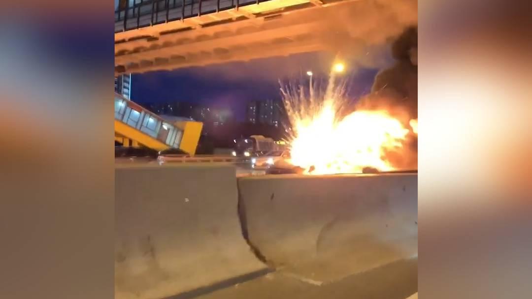Schockmoment: Tesla explodiert mitten auf Moskauer Autobahn