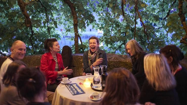Gesellige Runde: Unter dem lauschigen Lindenbaum auf ein Glas Wein mit Milena Moser (Dritte von links) und US-Autorin Nell Zink (Vierte von links).