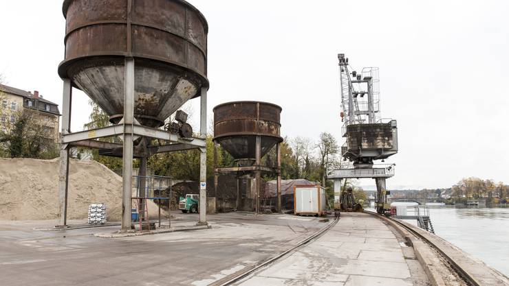 Sie leisten zuverlässigen Dienst: Umladesilos und Drehkran im Hafen Rheinfelden (D).