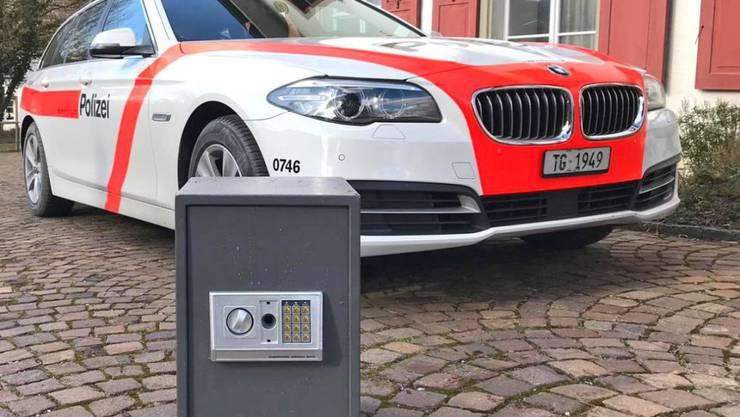 Polizeitaucher fischten den verschlossenen Tresor aus dem Hochrhein bei Wagenhausen TG. Nun wird der Eigentümer gesucht. (Kantonspolizei Thurgau)