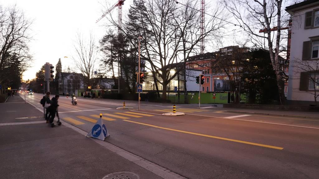Glasscheibe zerbricht: Zwei Buspassagiere werden verletzt