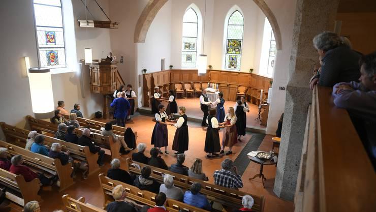 Kirche Oberwil wurde die letzten 10 Monate saniert und mit einem grossen Fest wieder eingeweiht. Die Trachtengruppe Oberwil tanzt in der Kirche.