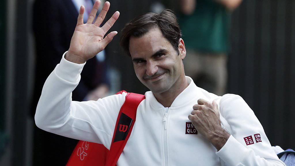 Der lange erwartete Moment: Roger Federer schreitet in Kleidern von Uniqlo auf den Centre Court in Wimbledon