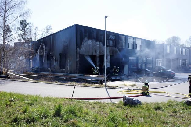 Das Feuer brach bei Schweiss- oder Lötarbeiten an der Fassade aus.