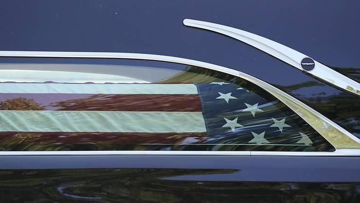 dpatopbilder - Der mit einer amerikanischen Flagge bedeckte Sarg mit dem Leichnam der US-Richterin Ruth Bader Ginsburg wird in einem Auto zum Supreme Court in Washington gebracht. Dort soll er aufgebahrt werden. Foto: J. Scott Applewhite/AP/dpa