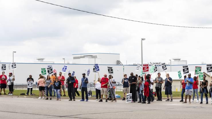 Ein Streik von tausenden Mitarbeitern beim US-Autokonzern General Motors hat Auswirkungen auf Beschäftigte in anderen Ländern - in Kanada müssen Beschäftigte entlassen werden.