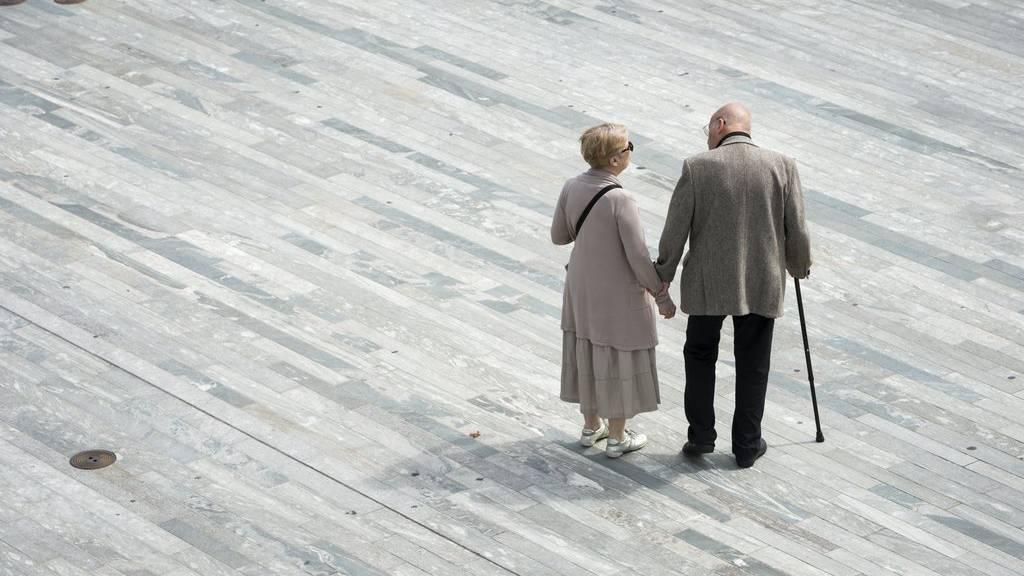 Rentner und Rentnerinnen sollen nach Ständerat mehr AHV erhalten. (KEYSTONE/Dominic Steinmann)