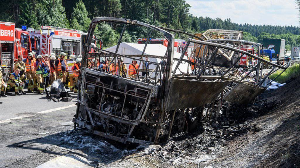 Das ausgebrannte Wrack des verunfallten Reisebusses an der Unglücksstelle auf der A9 bei Münchberg (Bayern). Von den 48 Insassen kamen 18 ums Leben und 30 wurden verletzt, einige von ihnen schwer.