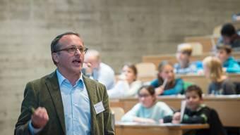 Rechtsprofessor Benjamin Schindler bei einer Vorlesung vor Kindern an der Hochschule St. Gallen.