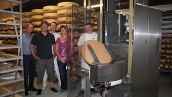 Sie sind mächtig stolz auf das neue Käse-Reifungslager: (v. l.) Stephan Jeker (Bauführer), Josef Fluri, Roger Meyer, Margrit und Hansjörg Stoll von der Käserei Reckenkien. jtm