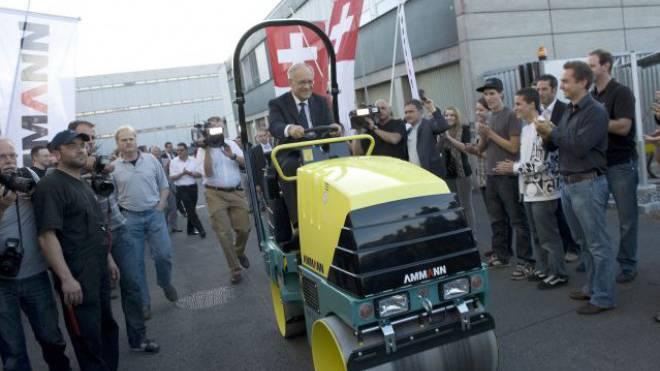 Johann Schneider-Amman nach seiner Wahl zum Bundesrat Ende 2010 mit der Belegschaft seiner Firma. Foto: Keystone
