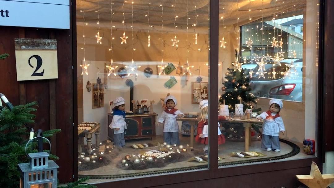 Der Zug rattert durch die Weihnachtsbäckerei.