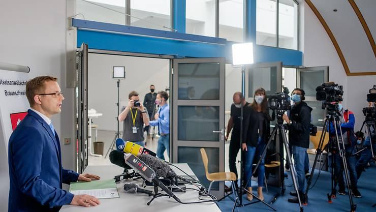 Staatsanwalt Hans Christian Wolters (l) spricht zu Medienvertretern über die Ermittlungen im Fall Maddie. Foto: Ole Spata/dpa