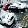Ein Mann befreite im russischen Wladiwostok sein Auto von Schnee und Eis. Plötzlich springt er zur Seite. Wenige Sekunden später kracht eine riesige Betonplatte in seinen Nissan. Das Auto ist schrottreif, der Mann kann sich im letzten Moment retten.