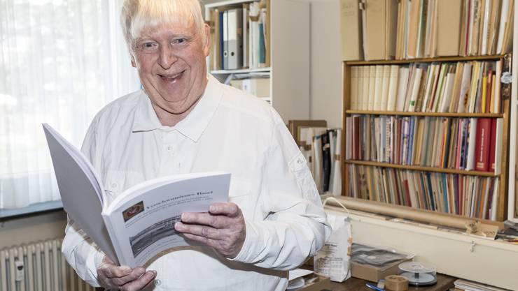 «Die Leute kriegen kaum genug von den Bildern»: Lukas M. Stoecklin in seinem Arbeitszimmer in Allschwil.