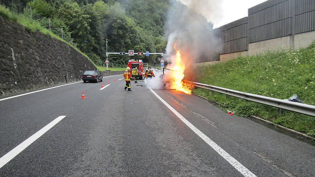 Das Auto auf der A3 brannte innert Minuten lichterloh - übrig blieb danach nur noch ein verkohltes Wrack.