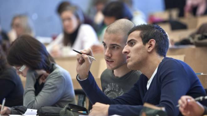 Zwischen Hörsaal und Büro: Die meisten Studenten haben einen Nebenjob. Foto: Keystone