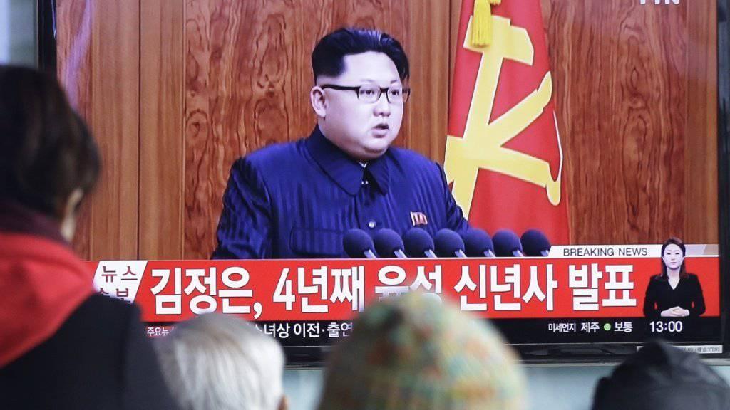 Nordkoreas Machthaber Kim Jong Un verspricht in einer TV-Ansprache zu Neujahr der Bevölkerung Verbesserungen des Lebensstandards. Die Ansprache wurde auch in Südkorea ausgestrahlt, wo sie wie im Bild am Bahnhof der Hauptstadt Seoul von der Bevölkerung verfolgt wurde.
