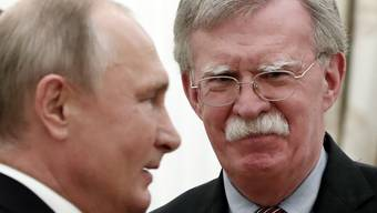 Russlands Präsident Wladimir Putin (links) regt beim Gespräch mit dem US-Sicherheitsberater John Bolton in Moskau an, direkt mit US-Präsident Donald Trump im November über den INF-Abrüstungsvertrag zu beraten.
