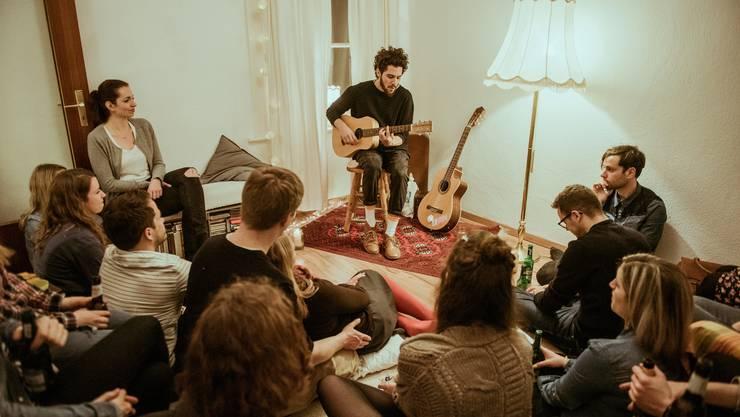 Der deutsche Singer/Songwriter Matteo Capreoli spielt hier bei einem Sofakonzert für ausgesuchte Ohren.