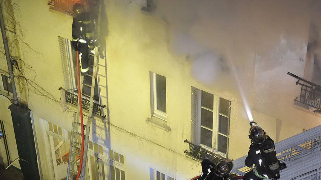 Feuerwehrleute in Paris bei Löscharbeiten (Archiv)
