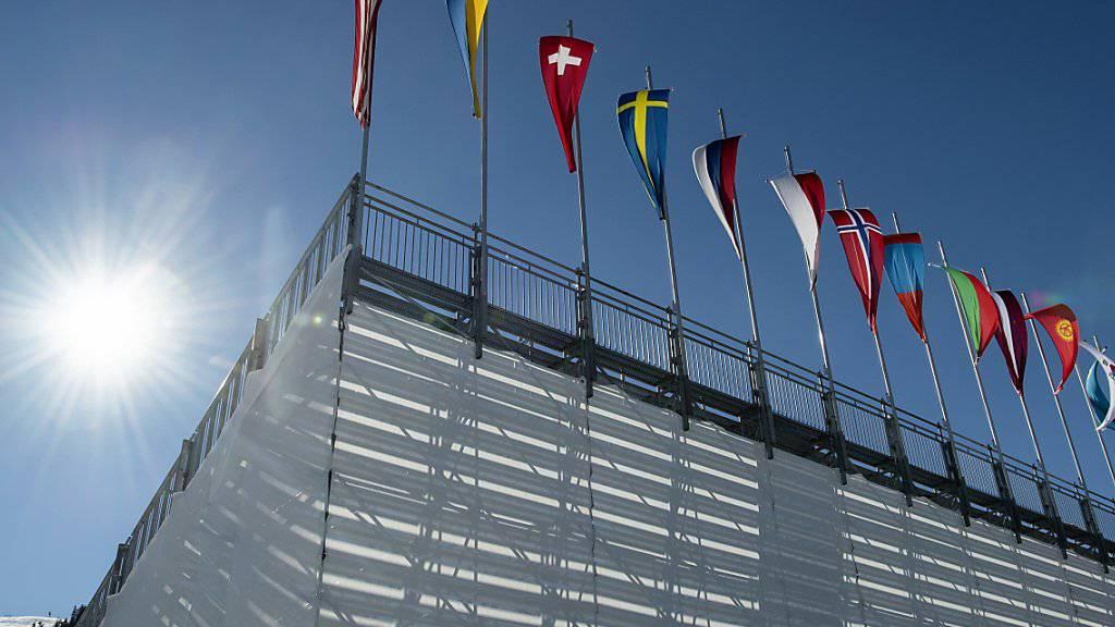 Seefeld empfängt die nordischen Skisportler mit Sonnenschein.