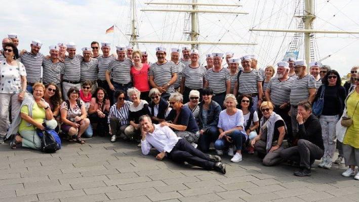 Der Männerchor Frick gab ein Konzert mit seinen Matrosenliedern auf der Hafenpromenade