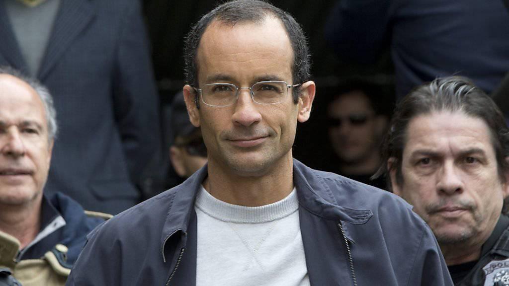 Marcelo Odebrecht (M), der Bauunternehmer im Zentrum der grössten Korruptionsaffäre in Brasiliens Geschichte, ist aus dem Gefängnis entlassen worden. Er soll die restlichen siebeneinhalb Jahre seiner Strafe im Hausarrest verbringen.(Archivbild)