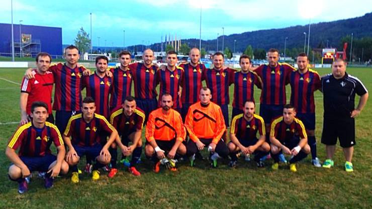FCS Fanionteam im neuen Heimdress in den traditionellen Spreitenbacher Farben rot/blau.