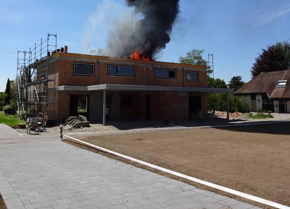 Das Dach eines Neubau an der Längmattstrasse in Kriegstetten fing kurz nach Mittag an zu brennen.