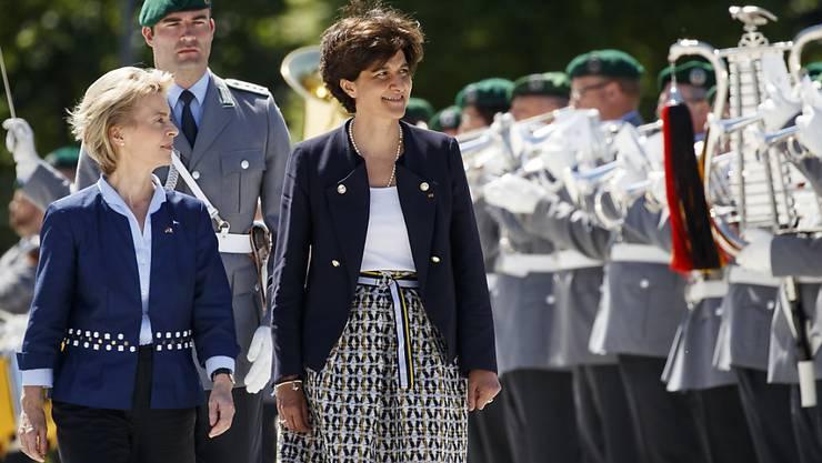 Die Verteidigungsministerinnen Deutschlands und Frankreichs, Ursula von der Leyen (l) und Sylvie Goulard
