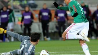 Hernandez spielt Goalie Lloris aus und trifft zum 1:0 für Mexiko