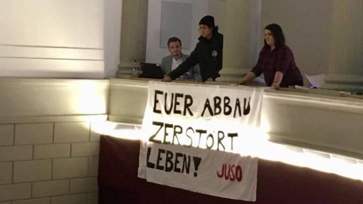 JUSO rollte Banner im Parlamentssaal aus