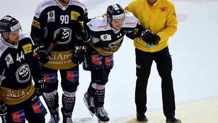 Verletzung mit Folgen: Ambri-Piottas Dominic Zwerger wird im Spiel gegen Rapperswil-Jona vom Eis geführt
