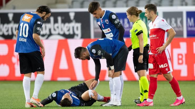 Vieles deutet darauf hin, dass sich Arijan Qollaku schwer am Knie verletzt hat.