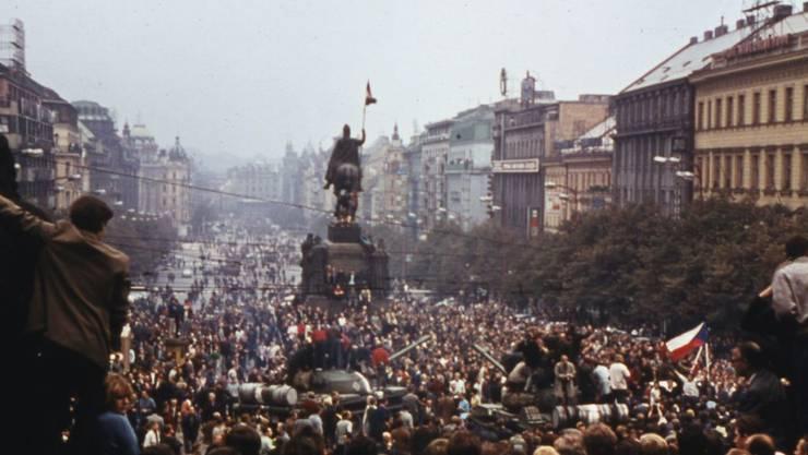Im August 1968 protestierten Tausende von Menschen in Prag gegen die russische Invasion. 300'000 Menschen verliessen in der Folge das Land. Rund 12'000 fanden in der Schweiz eine neue Heimat. (Archiv)