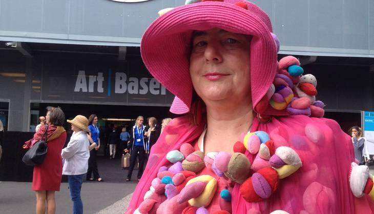 Alexandra Fly ist selbst ein lebendiges Kunstwerk. Jedes Jahr schneidert die in Berlin lebende Polin ein aufwändiges Kostüm und reist damit an Kunstmessen in ganz Europa. Das diesjährige Kleid soll auf die Rückschritte bei den Frauenrechten aufmerksam machen. Denn die bunten Pajass-Glöckchen sind von näher gesehen lauter Vaginas. «Die Globalisierung geht einher mit einer stärkeren Unterdrückung der Frau», sagt Fly. Das habe viel mit dem Erstarken der Religion zu tun.