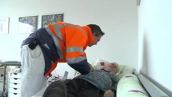 Immer häufiger springt wegen des Hausarzt-Mangels am Wochenende im Mittelland das Basler Notärzte-Team ein. Wir haben sie begleitet.